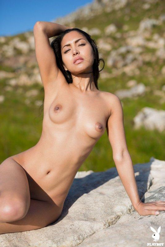 Брюнетка в коротких шортах с голыми титьками - фото
