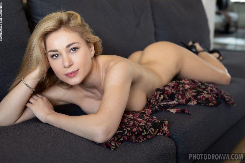 Шикарная баба с красивым телом на диване - фото