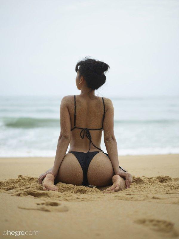 Азиатская девушка с упругой жопой на пляже - фото
