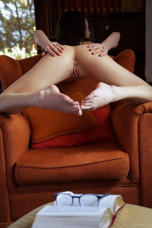 Стройная брюнетка с упругой сочной попкой - фото