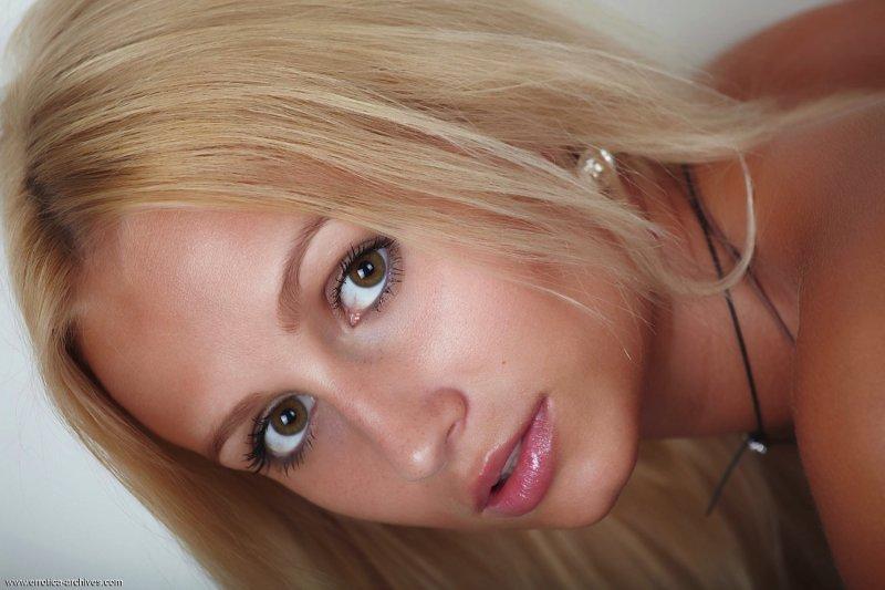 Загорелая голая блондинка в туфлях - фото