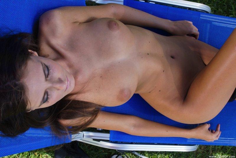 Голая девушка с красивой грудью на шезлонге - фото