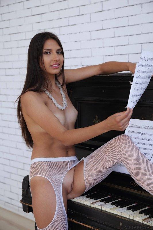 Голая девушка в сексуальных колготках - фото