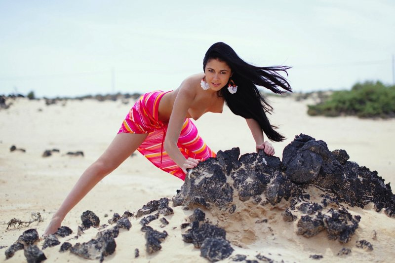Стройная брюнетка с красивой грудью на пляже - фото