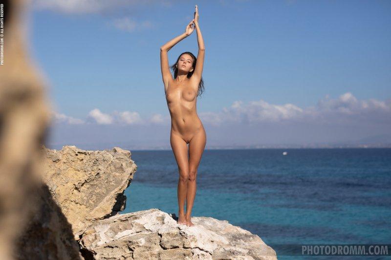 Стройная красавица сняла купальник у моря - фото