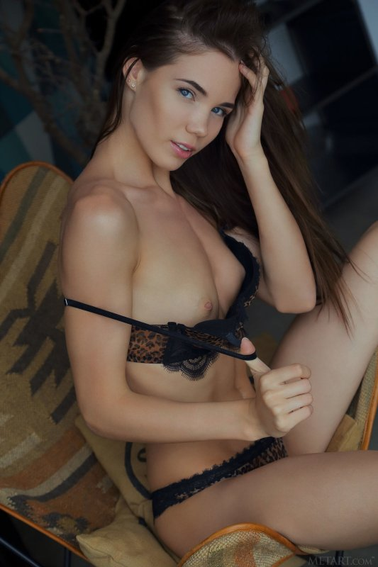 Девушка с бритой писькой задрала платье - фото