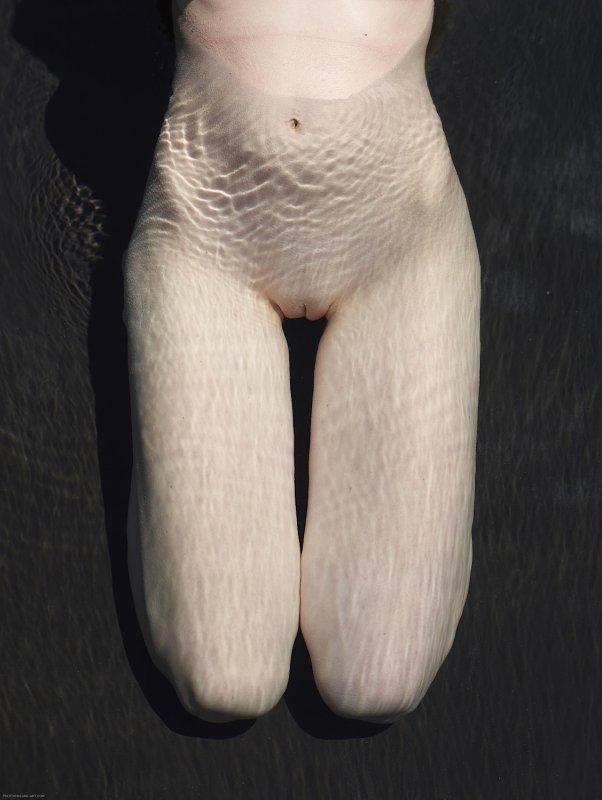 Девушка с красивыми формами голая в воде - фото