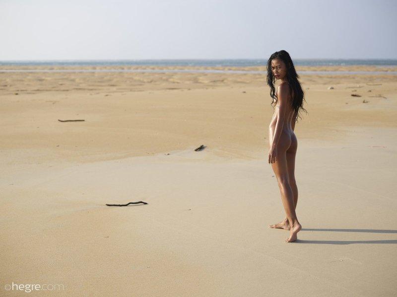 Голая азиатка гуляет на пляже - фото