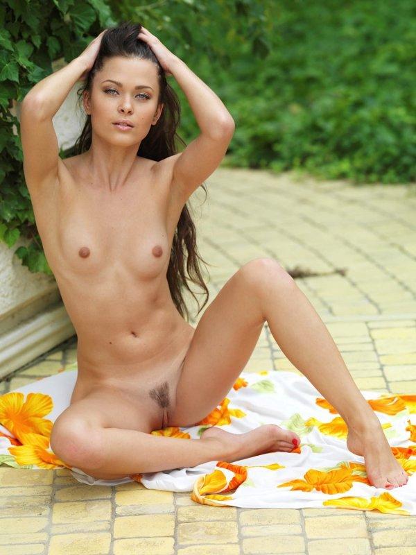 Голая девушка с интимной стрижкой на лобке - фото
