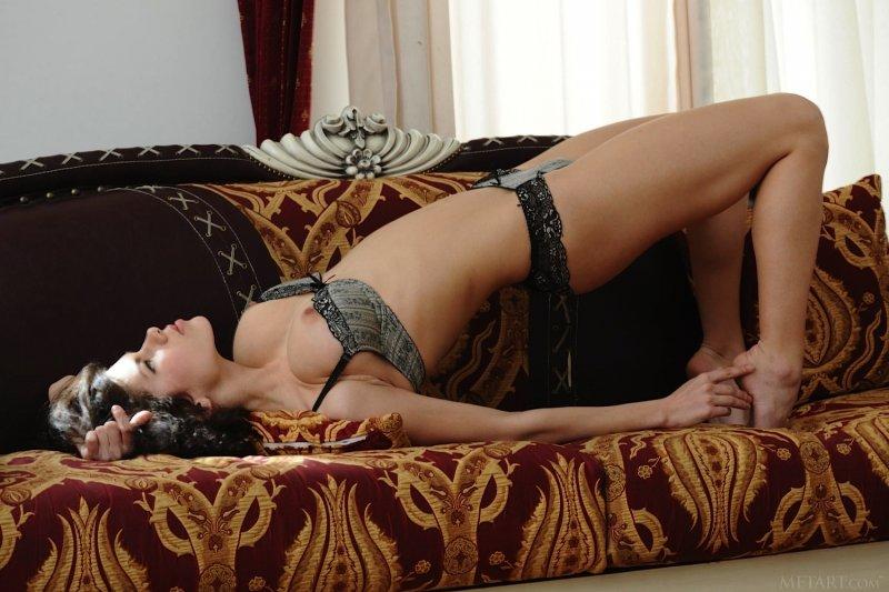 Сексапильная деваха с натуральными буферами - фото
