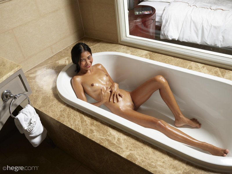 Смуглая голая азиатка в ванне - фото