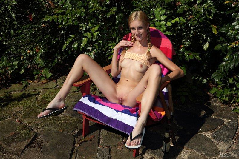 Тощая блондинка дрочит садовыми ножницами - фото