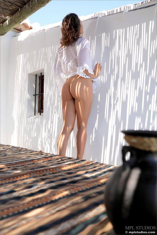 Девушка засветила красивую попочку - фото