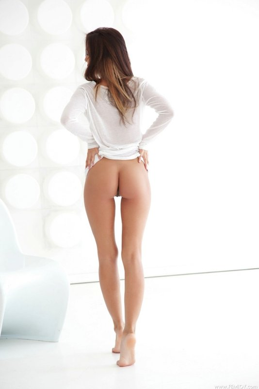 Обаятельная голая девица с сексуальным телом - фото