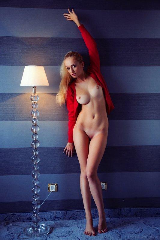 Блондинка с красивыми ногами  - фото