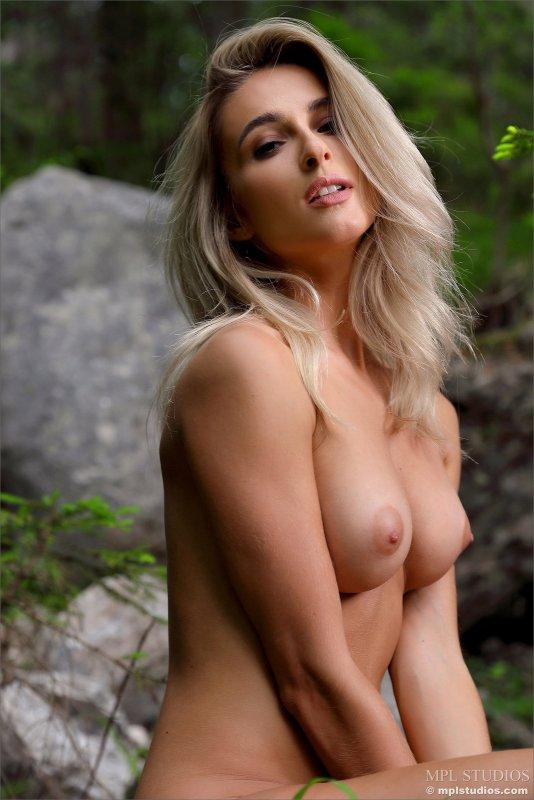 Красивая голая блондинка   - фото