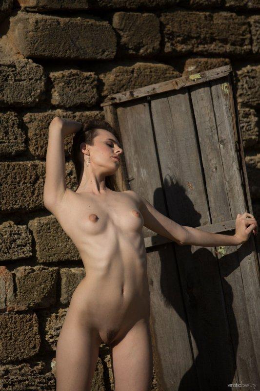 Босая девушка в коротком платье - фото