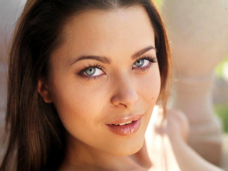 Стройная девица с красивой попой - фото