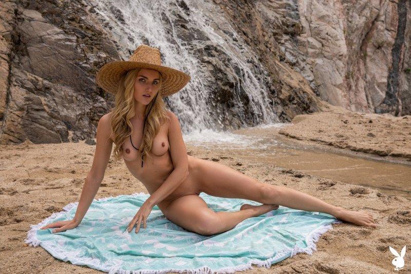 Блондинка с сексуальной жопой на пляже - фото
