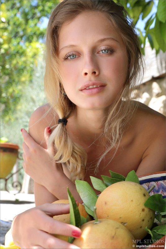 Тощая модель с плоской грудью в саду - фото