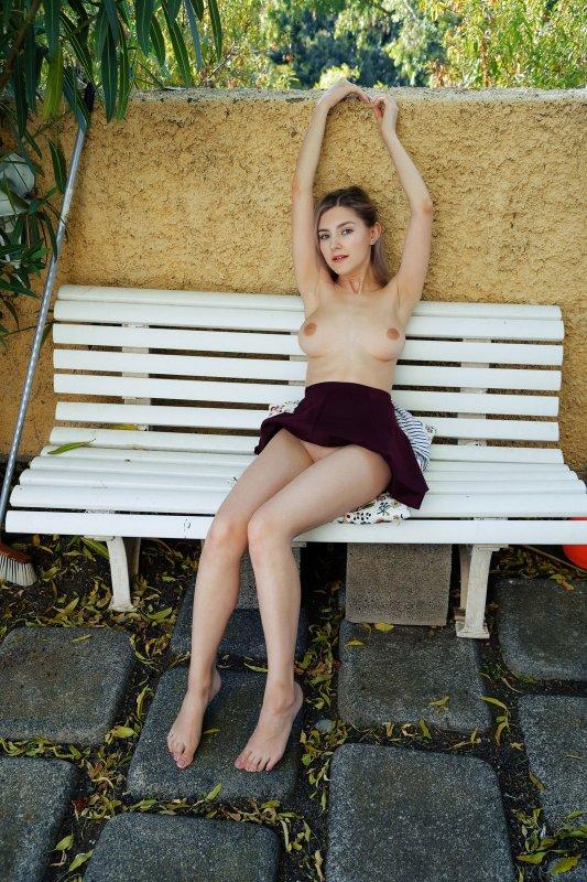 Сексуальная девушка  на лавочке - фото