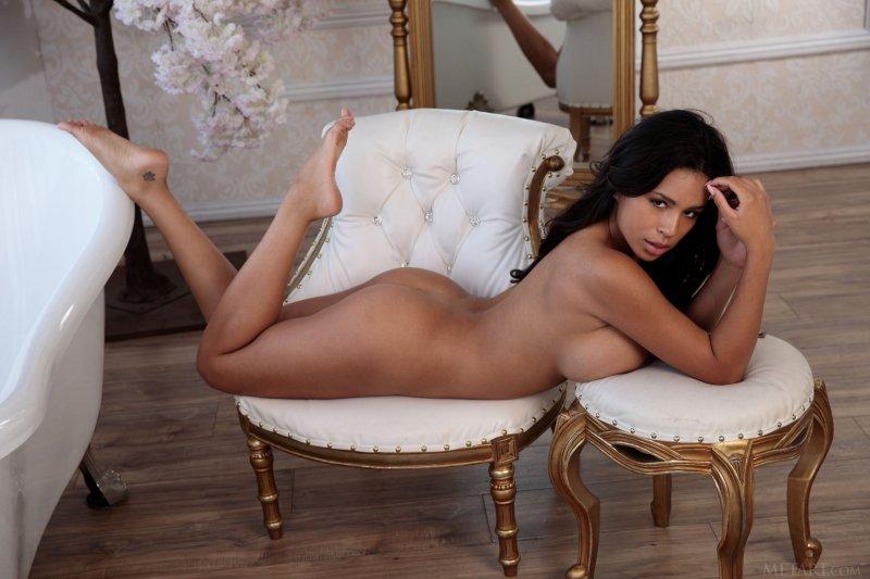 Красивая девушка с огромными сиськами сняла трусики - фото