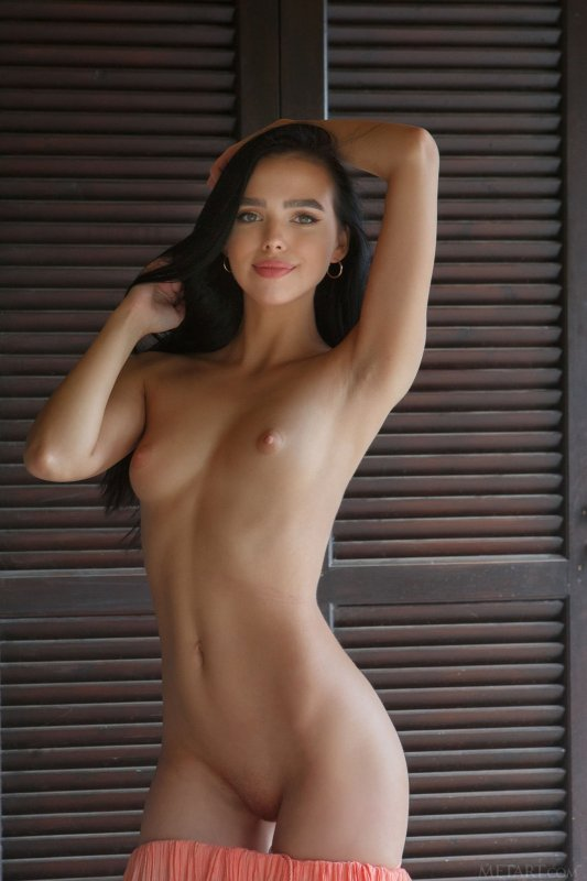 Милашка с маленькой грудью сняла юбку - фото