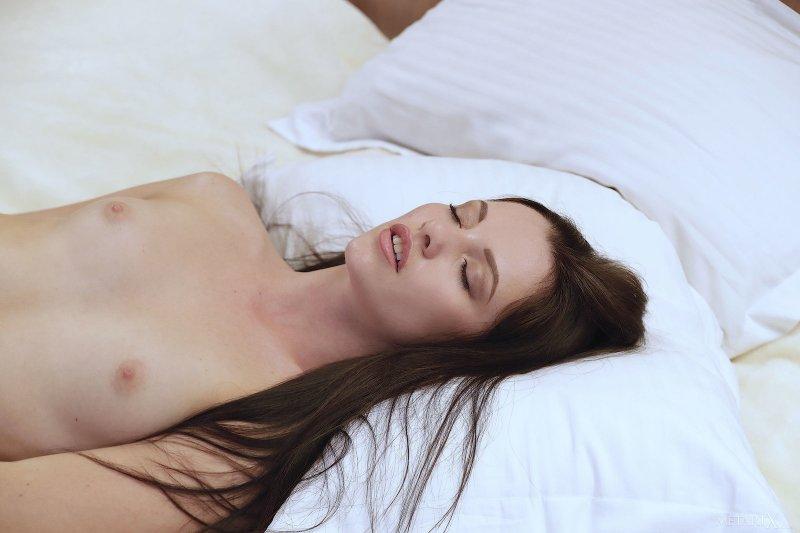 Брюнетка в белых трусиках на кровати - фото