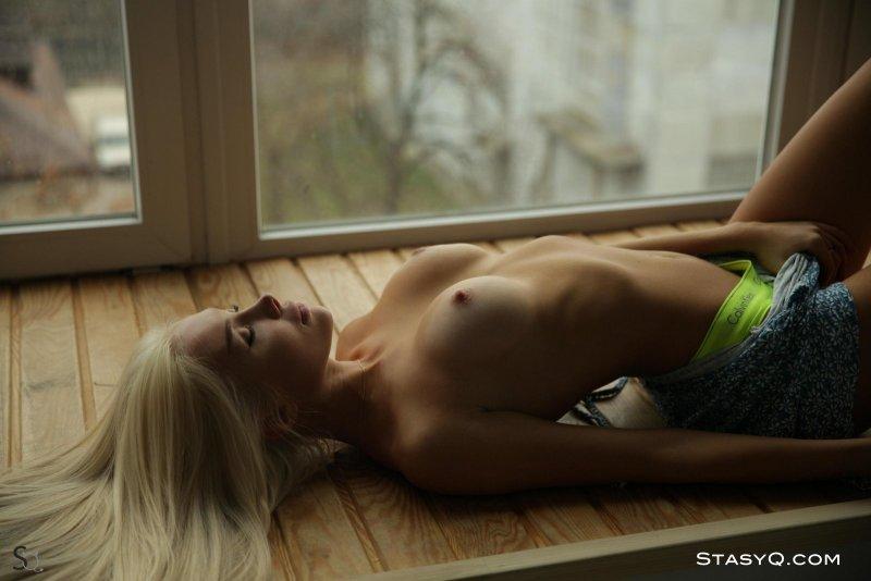 Блондинка с накаченной красивой жопой - фото