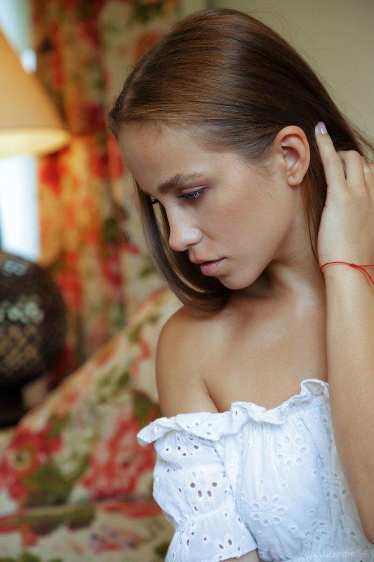Красивая девушка оголила попку и писю - фото