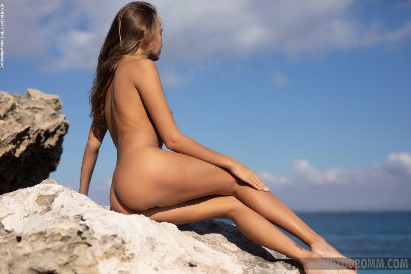 Голая украинская красотка на побережье - фото