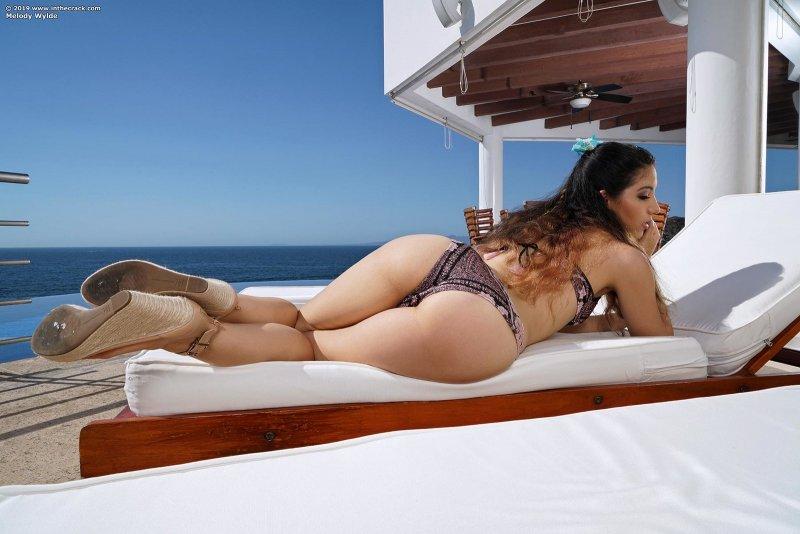 Сексуальная девица эротично разделась на отдыхе - фото