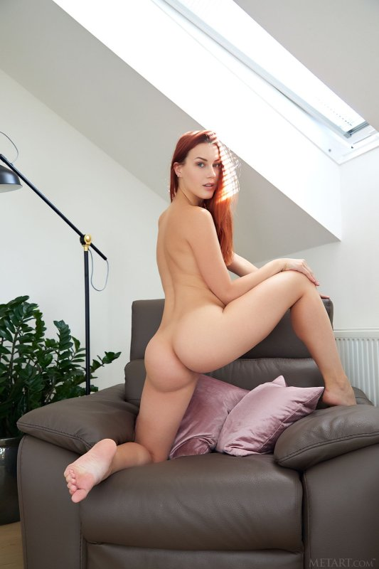 Рыжая голая девушка с маленькими сиськами - фото