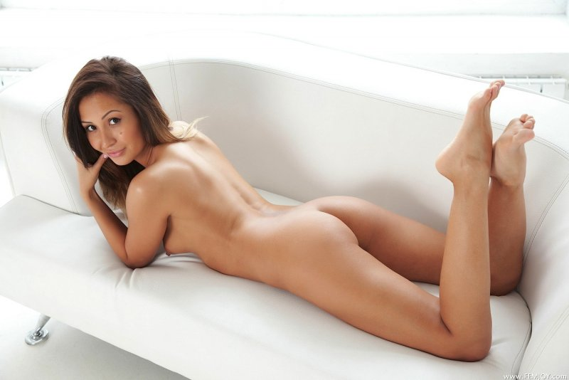 Голая девушка с маленькой грудью в чулках - фото