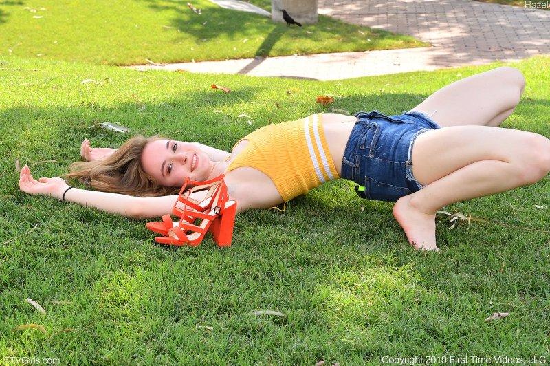 Сисястая девушка в шортах на улице - фото
