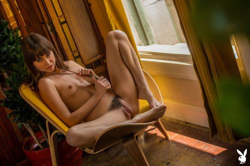Худая низкая девица с маленькой грудью разделась - фото