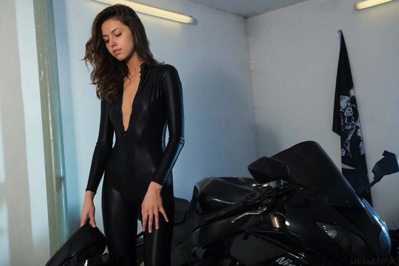 Сексуальная модель в облегающем комбинезоне - фото
