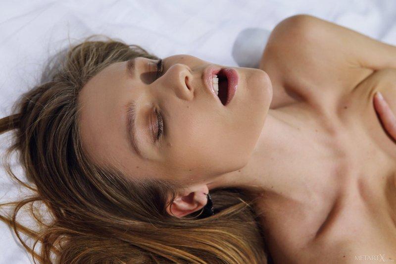 Тощая девушка в колготах на кровати - фото
