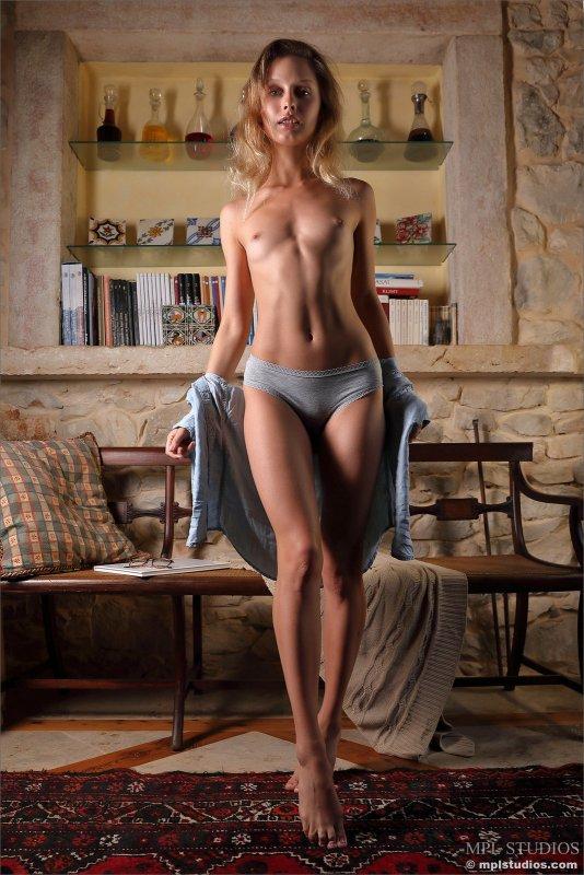 Красивая девица в очках оголила плоские сиськи - фото