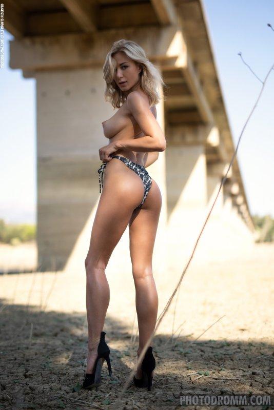 Блондинка в купальнике и туфлях - фото