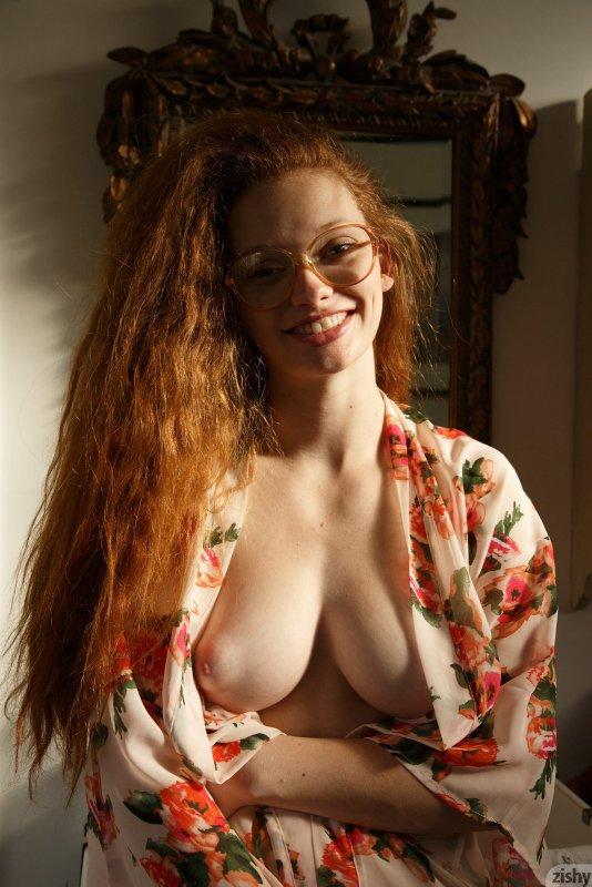 Рыжая баба в очках искупалась  - фото