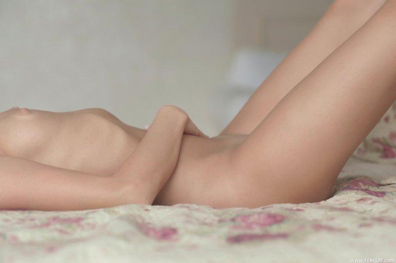 Девка с голой писькой  - фото