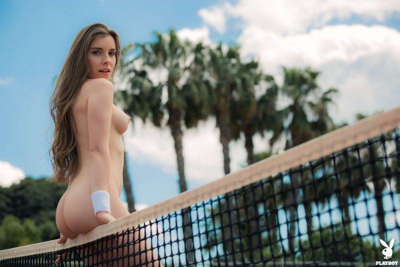 Обнажённая теннисистка на корте - фото