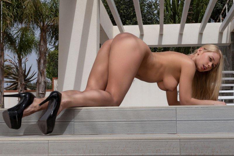 Фигуристая голая блондинка с большой грудью - фото