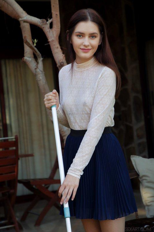 Красивая девушка в юбке со сладкой киской  - фото
