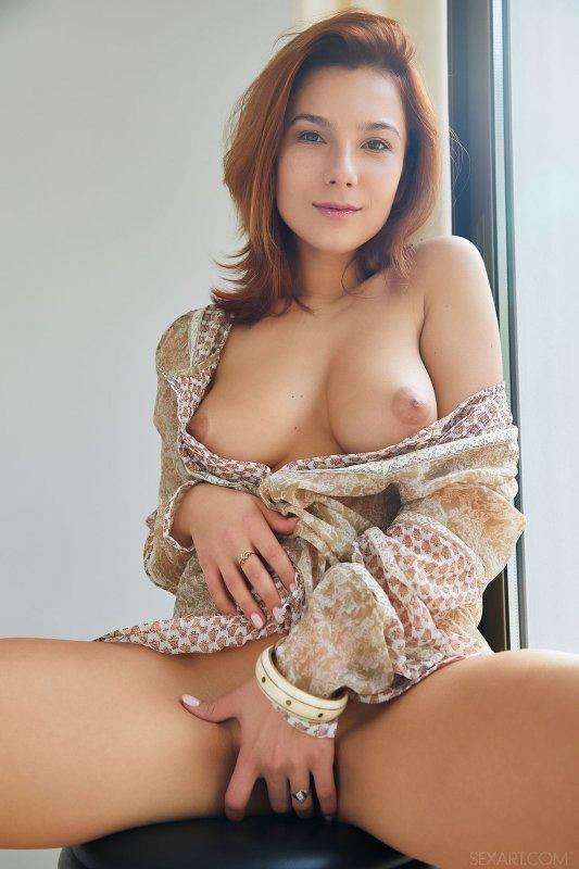 Красавица с натуральной грудью в спальне - фото