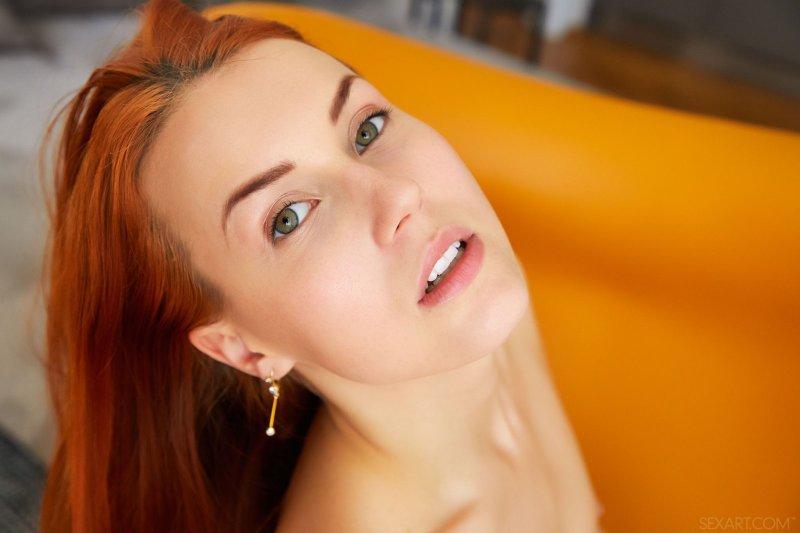 Рыжеволосая красотка с сочной киской - фото