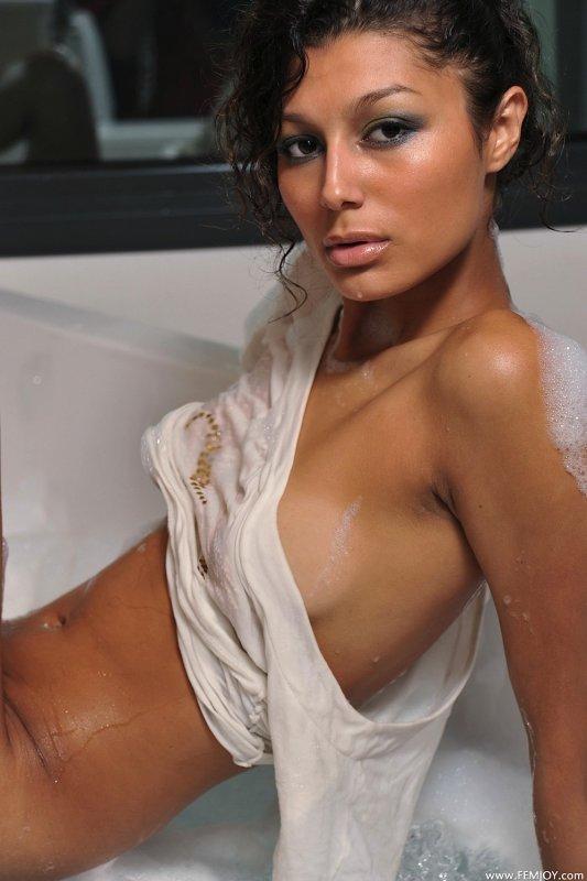Голая худышка плавает в ванне - фото