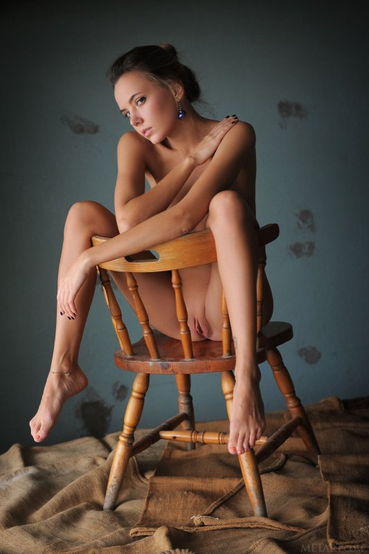 Молодая голая девушка в рубашкее - фото