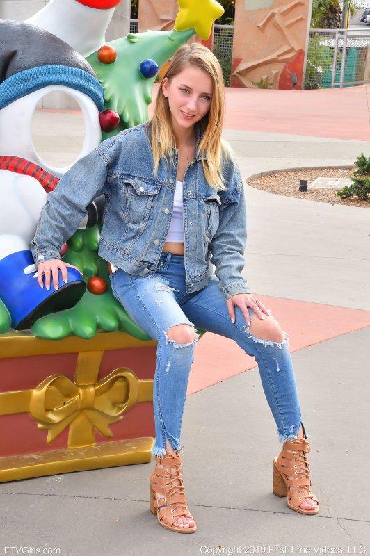 Девушка в джинсах светит сиськи на улице - фото